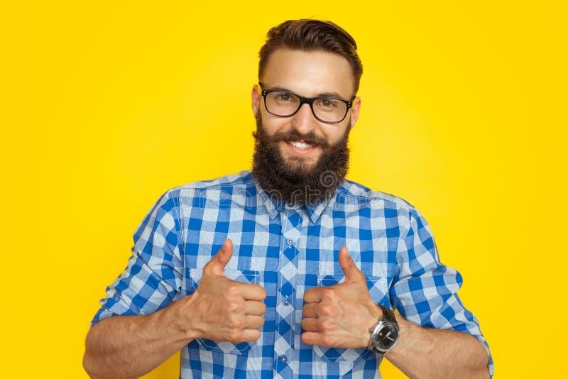 Uśmiechnięty mężczyzna pokazuje aprobaty fotografia royalty free