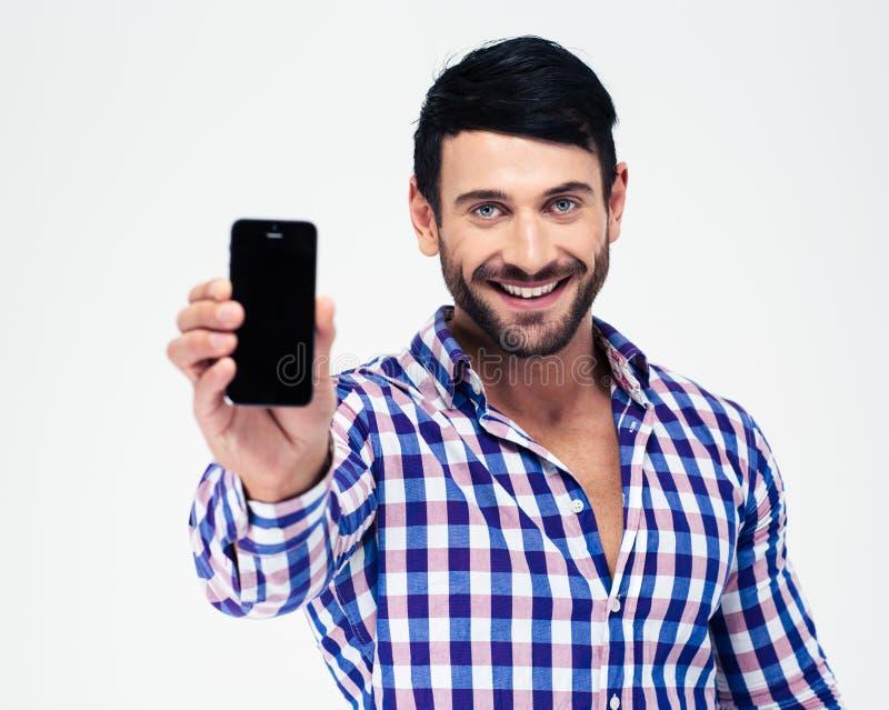 Uśmiechnięty mężczyzna pokazuje pustego smartphone ekran zdjęcia royalty free