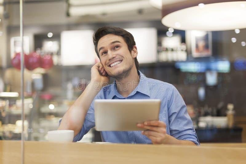 Uśmiechnięty mężczyzna przy kawiarnią zdjęcia royalty free