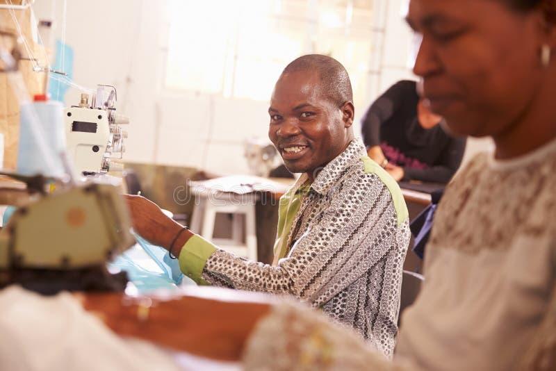 Uśmiechnięty mężczyzna szy przy społeczność warsztatem, Południowa Afryka zdjęcia royalty free