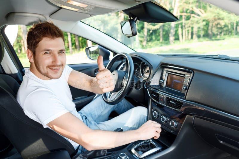 Uśmiechnięty mężczyzna thumbing up inside samochód zdjęcia royalty free