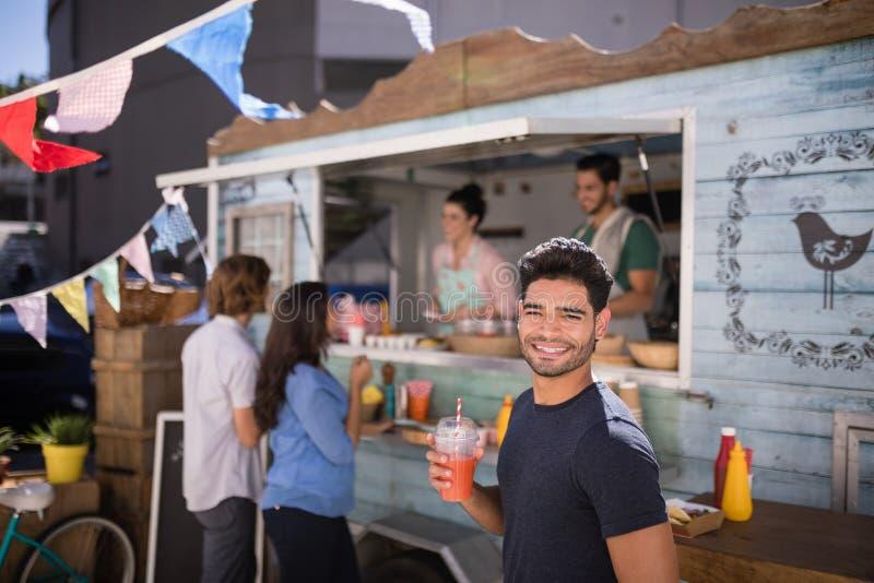 Uśmiechnięty mężczyzna trzyma szkło sok obrazy royalty free