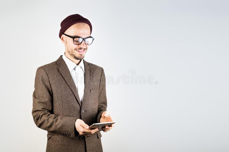 Uśmiechnięty mężczyzna w tweed kurtce z pastylka komputerem zdjęcia stock