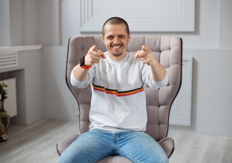 Uśmiechnięty mężczyzna wskazuje dwa rękami in camera obraz royalty free