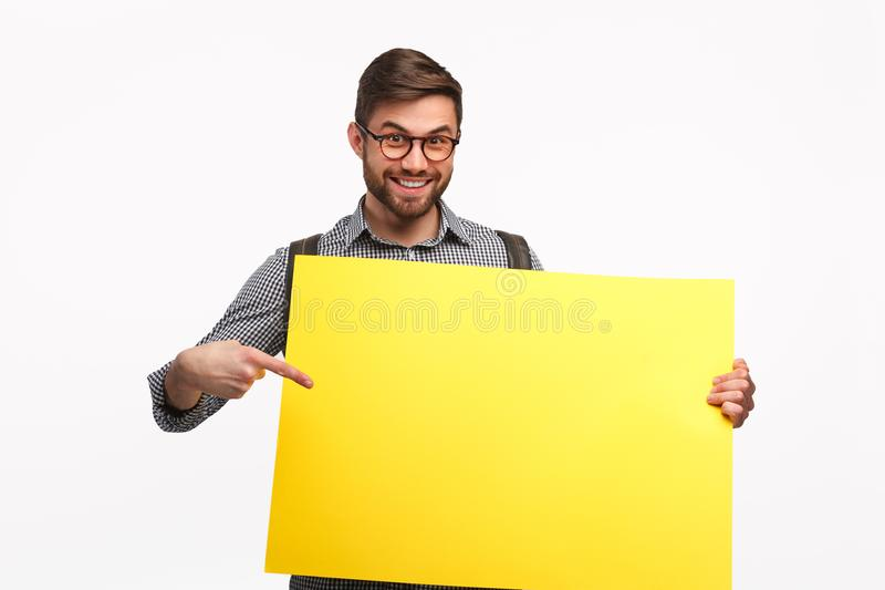 Uśmiechnięty mężczyzna z żółtym sztandarem zdjęcia stock