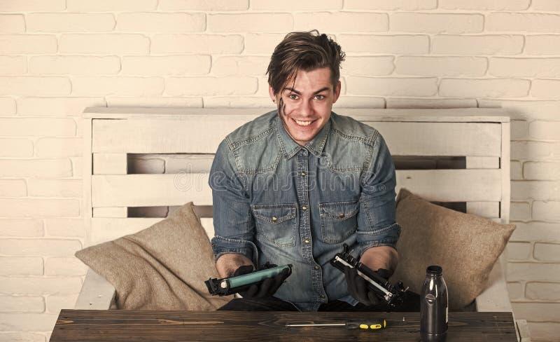 Uśmiechnięty mężczyzna z brudną twarzy napełniania drukarką, farba atramentu butelka zdjęcia royalty free