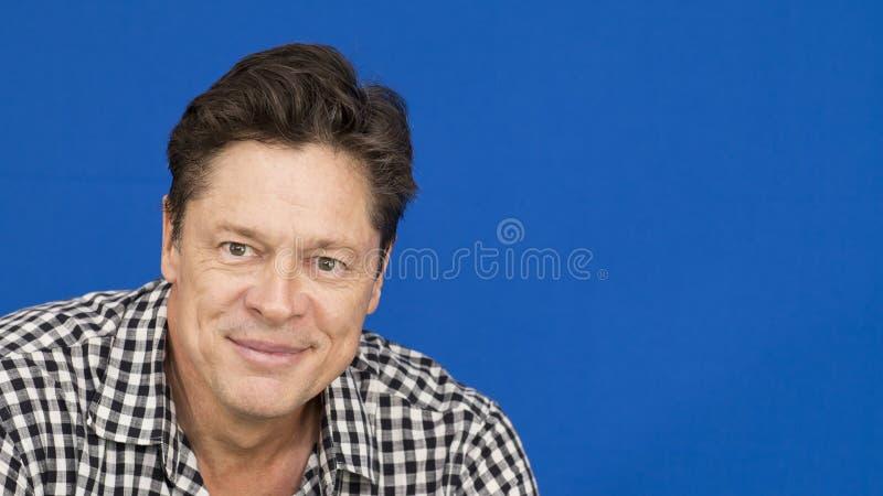 Uśmiechnięty mężczyzna z szkockiej kraty koszula, czarny i biały obrazy royalty free