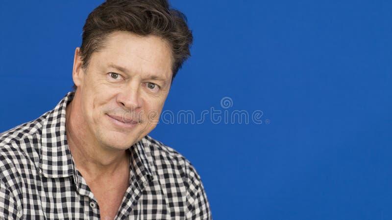 Uśmiechnięty mężczyzna z szkockiej kraty koszula, czarny i biały fotografia stock