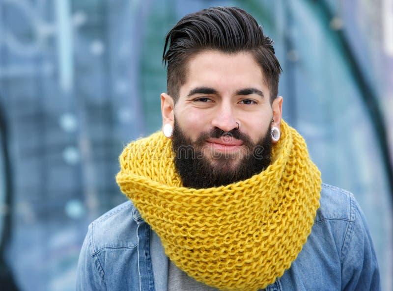 Uśmiechnięty mężczyzna z wełna szalikiem zdjęcia stock