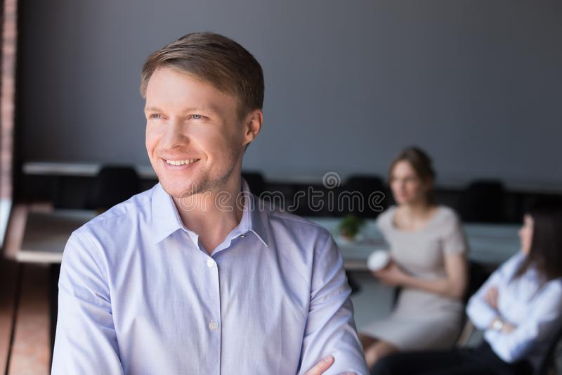 Uśmiechnięty męski pracownik myśleć o przyszłościowym biznesowym sukcesie obrazy royalty free