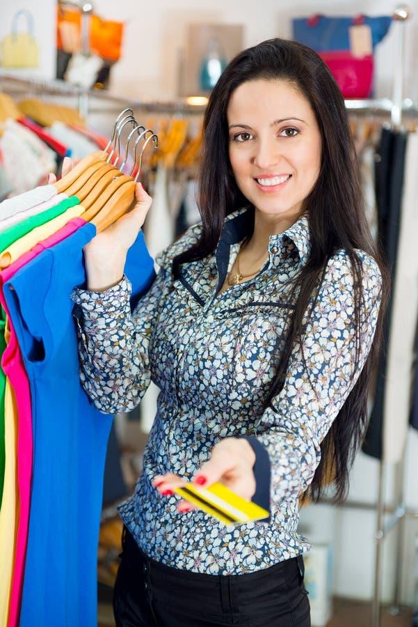 Uśmiechnięty młoda dziewczyna zakupy z kredytową kartą obraz stock