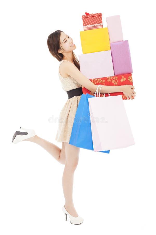 Uśmiechnięty młodej kobiety mienia prezenta pudełko i torba na zakupy zdjęcie stock