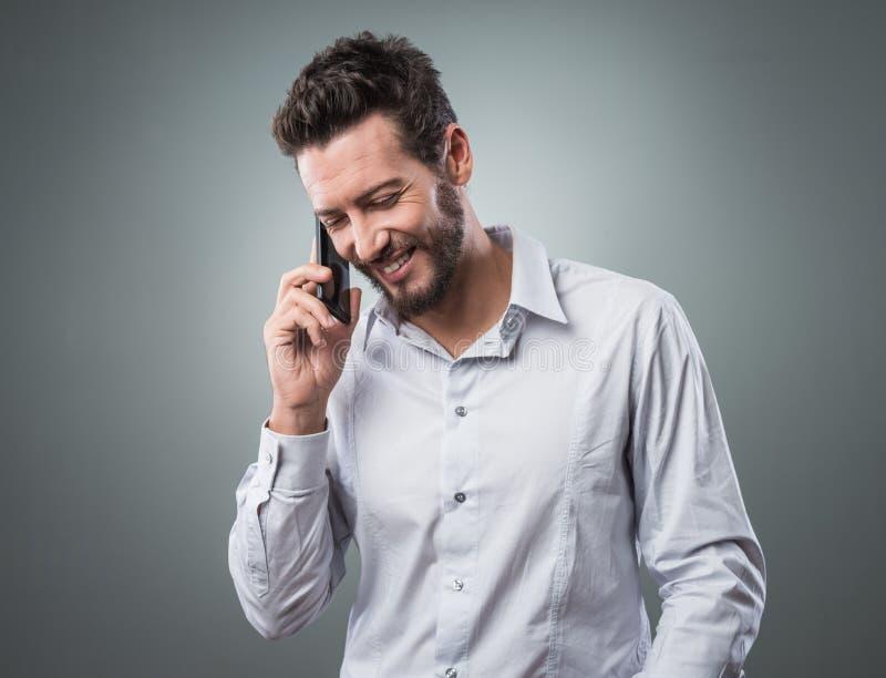 Download Uśmiechnięty Młody Biznesmen Z Smartphone Obraz Stock - Obraz złożonej z atrakcyjny, wezwanie: 53786855