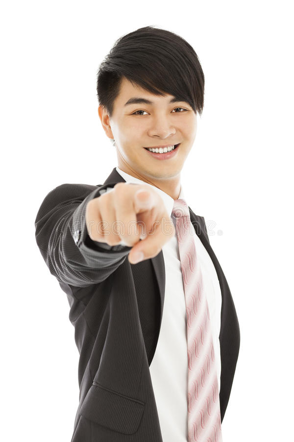 Uśmiechnięty młody biznesowego mężczyzna punktu palec kamera obiektyw obraz stock