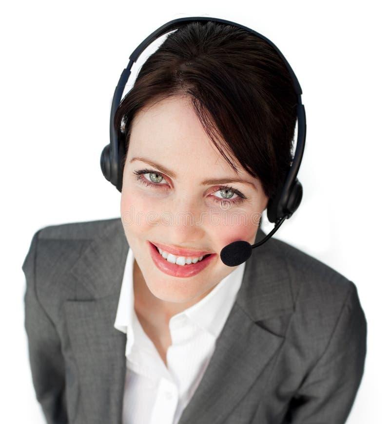 Uśmiechnięty młody bizneswoman target294_0_ na słuchawki zdjęcie stock