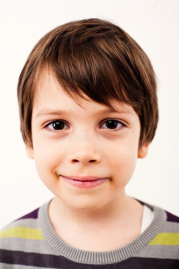 Uśmiechnięty młody chłopiec portret zdjęcie stock