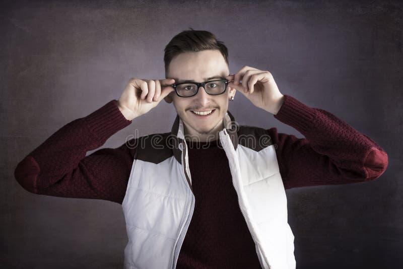 Uśmiechnięty młody człowiek jest ubranym szkła zdjęcia stock