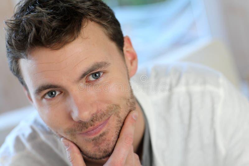 Uśmiechnięty młody człowiek W Domu zdjęcie stock