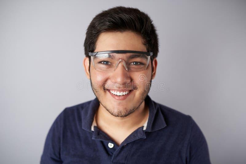 Uśmiechnięty młody człowiek w ochronnej przekładni zdjęcia stock
