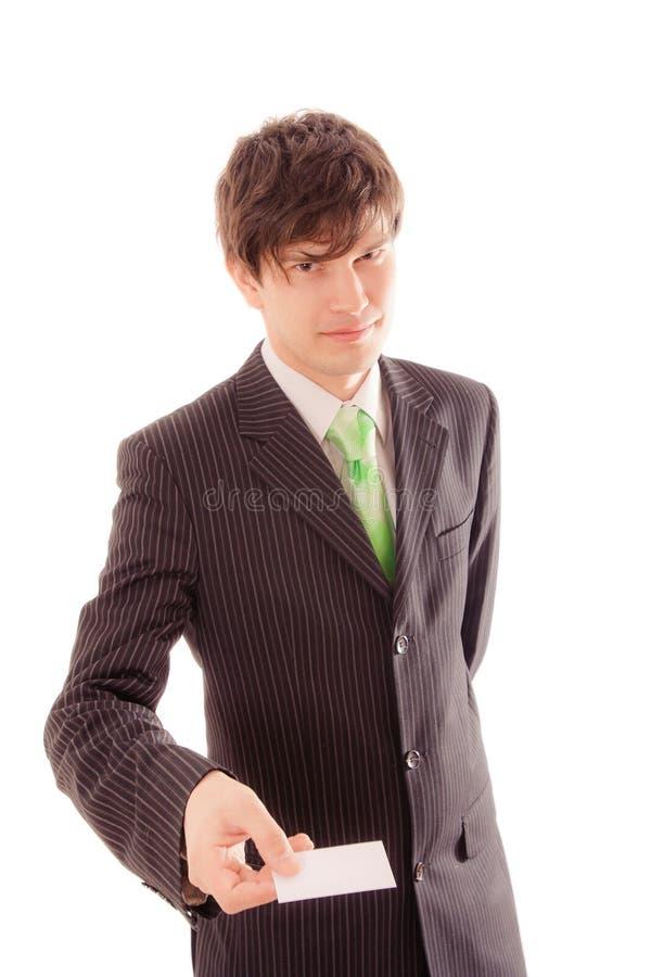 uśmiechnięty młody człowiek w pasiastym kostiumu i krawacie pokazuje ogłoszenie towarzyskie kartę zdjęcia royalty free