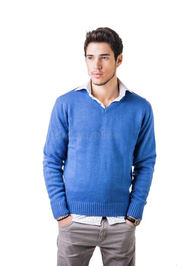 Uśmiechnięty młody człowiek z wełna pulowerem na białym tle zdjęcia stock