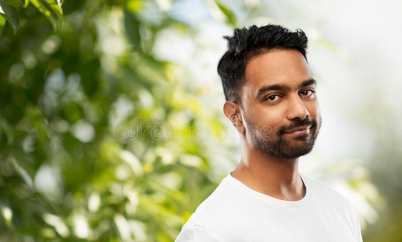 Uśmiechnięty młody indyjski mężczyzna nad szarym tłem fotografia royalty free