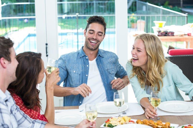 Uśmiechnięty młody przyjaciół dyskutować obraz royalty free