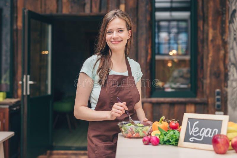 Uśmiechnięty młody weganin w kuchni zdjęcia stock
