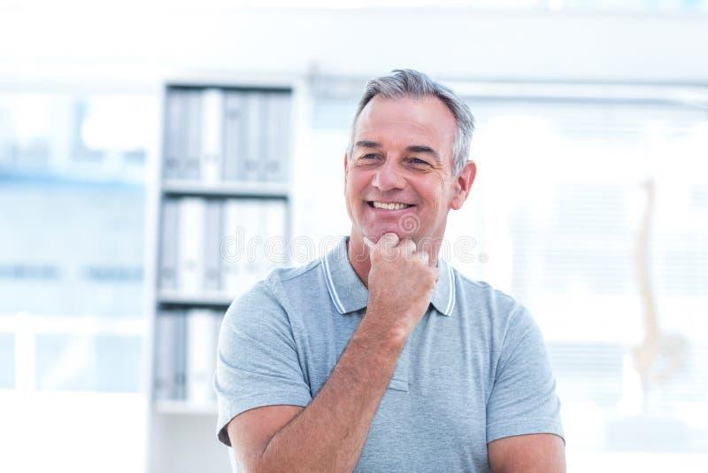 Uśmiechnięty masażysta w zdroju fotografia royalty free