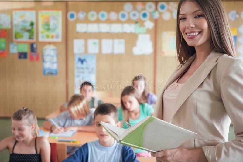 Uśmiechnięty nauczyciel i Jej klasa fotografia royalty free