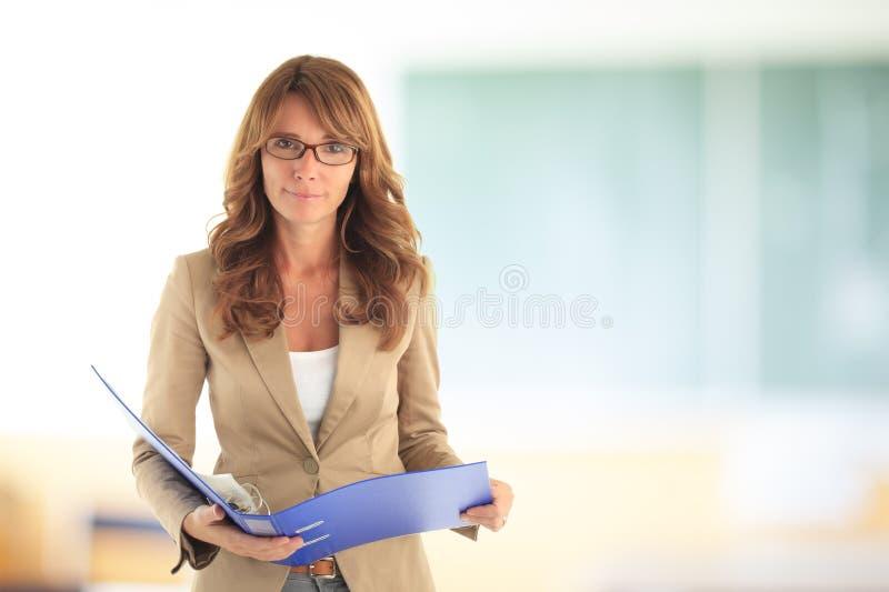 Uśmiechnięty nauczyciel przed blackboard obraz stock
