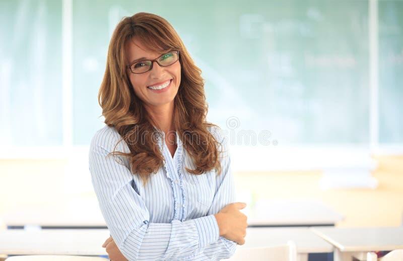 Uśmiechnięty nauczyciel w sala lekcyjnej zdjęcie stock