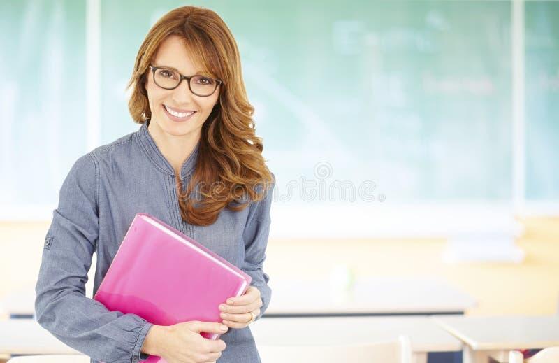 Uśmiechnięty nauczyciel w sala lekcyjnej fotografia stock