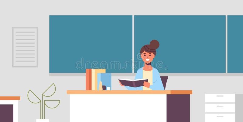 Uśmiechnięty nauczyciela obsiadanie przy biurko kobietą sprawdza ucznia copybook przed zielonym kredowej deski edukacji pojęciem  ilustracja wektor