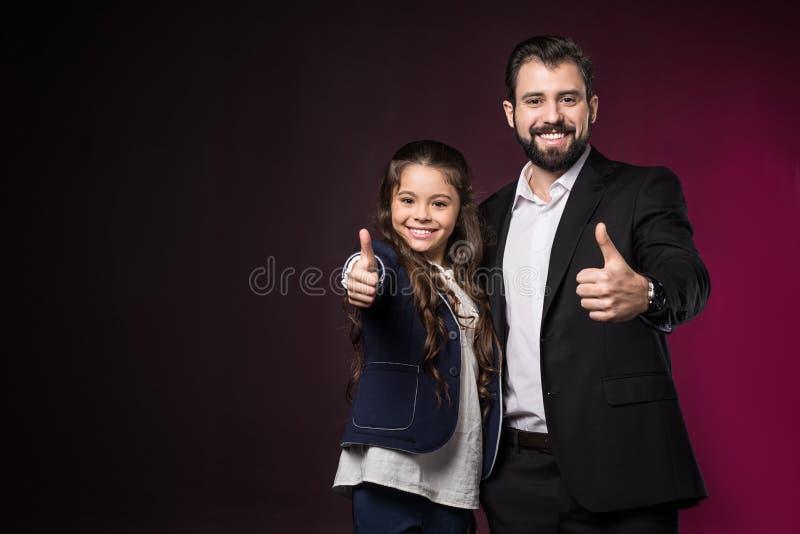 uśmiechnięty ojciec i córka pokazuje aprobaty fotografia royalty free
