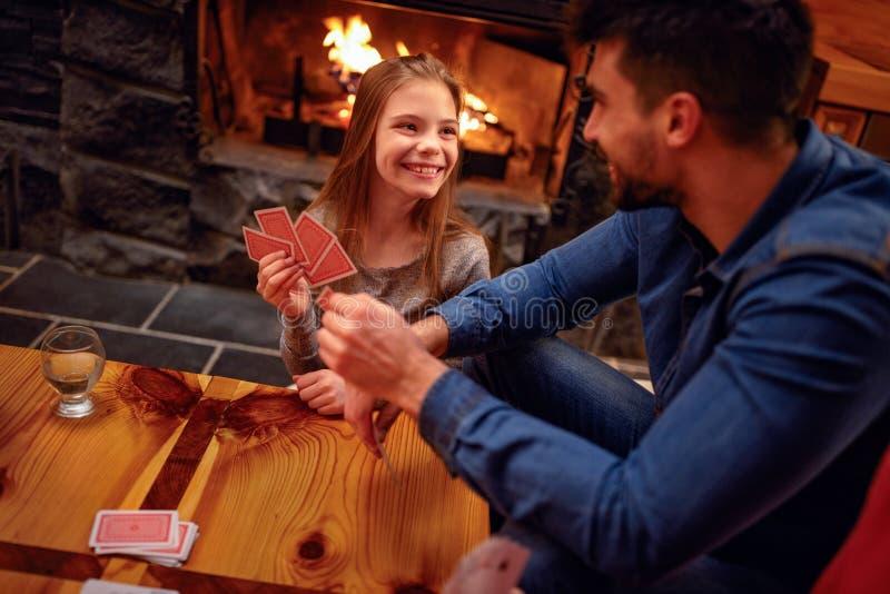 Uśmiechnięty ojciec i córka wielkiego czasu karta do gry zdjęcie stock