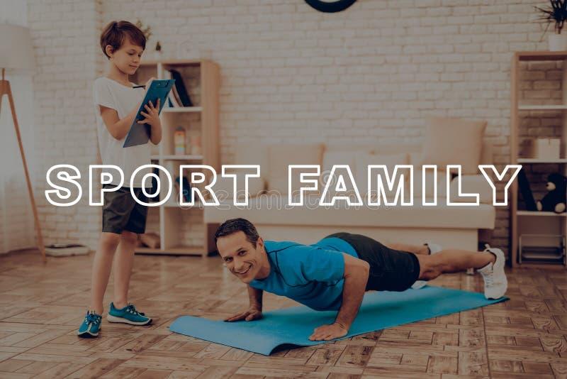 Uśmiechnięty ojciec Robi Pcha Podnosi sport rodzina obrazy royalty free