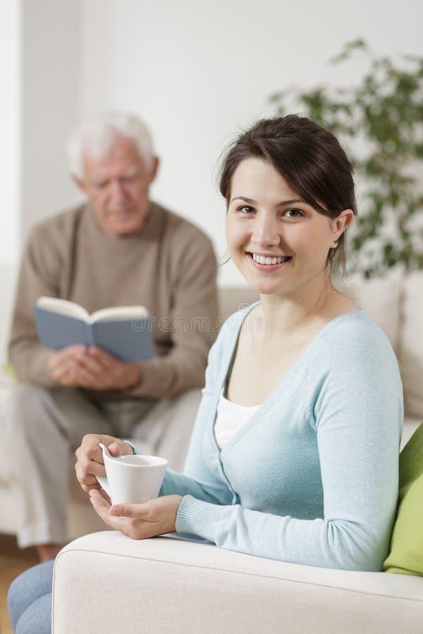 Uśmiechnięty opiekun i stary człowiek obraz stock