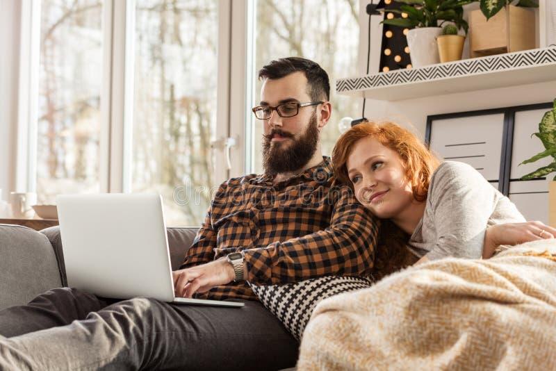 Uśmiechnięty pary dopatrywania film obrazy royalty free