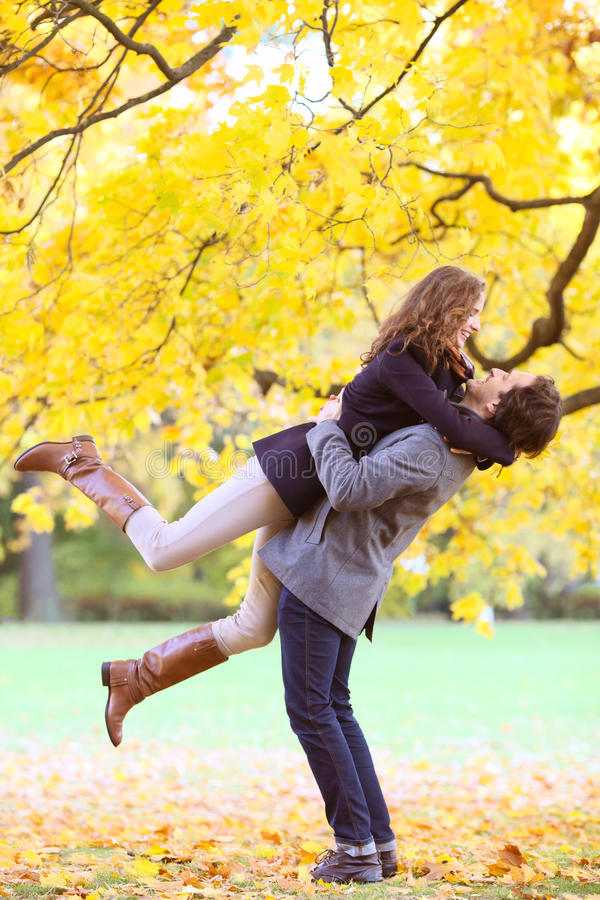 Uśmiechnięty pary przytulenie w jesień parku zdjęcie stock