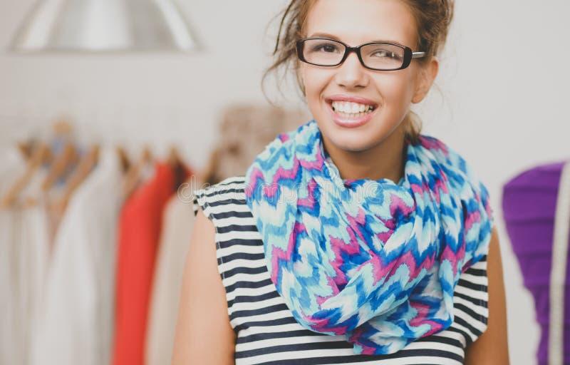 Uśmiechnięty projektant mody stoi blisko mannequin w biurze zdjęcie stock