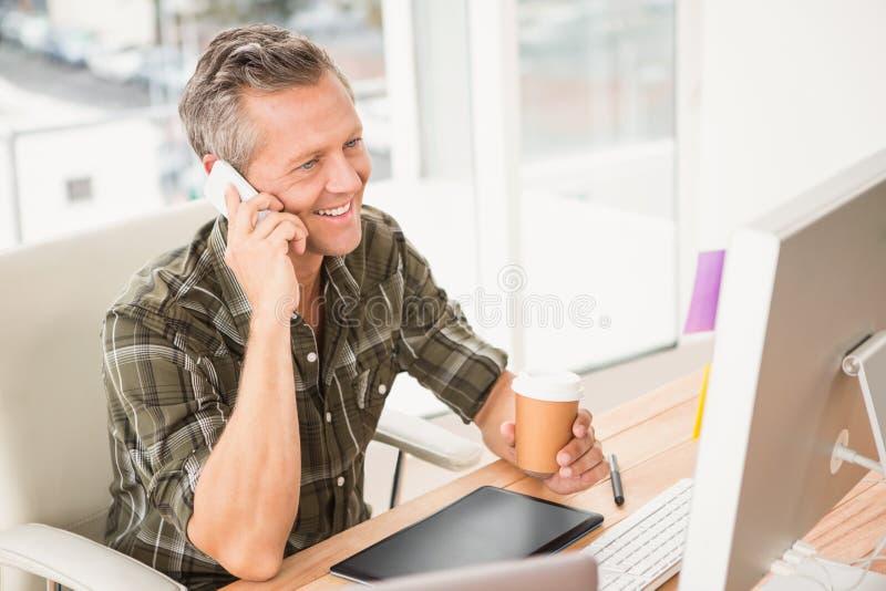Uśmiechnięty przypadkowy biznesmen ma rozmowę telefonicza obraz stock