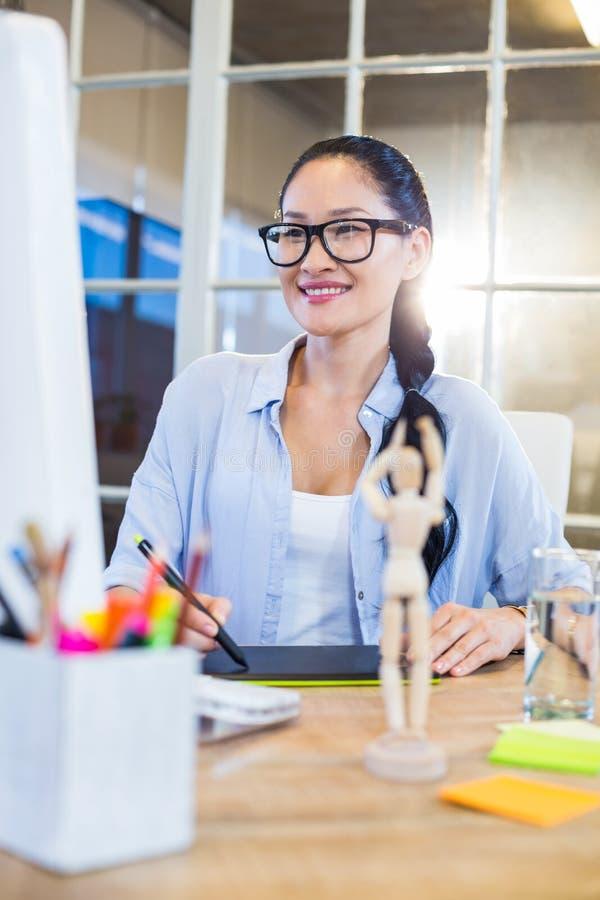 Uśmiechnięty przypadkowy bizneswoman pracuje na digitizer obrazy royalty free
