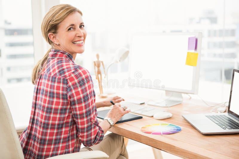 Uśmiechnięty przypadkowy projektant używa komputer i digitizer zdjęcia royalty free