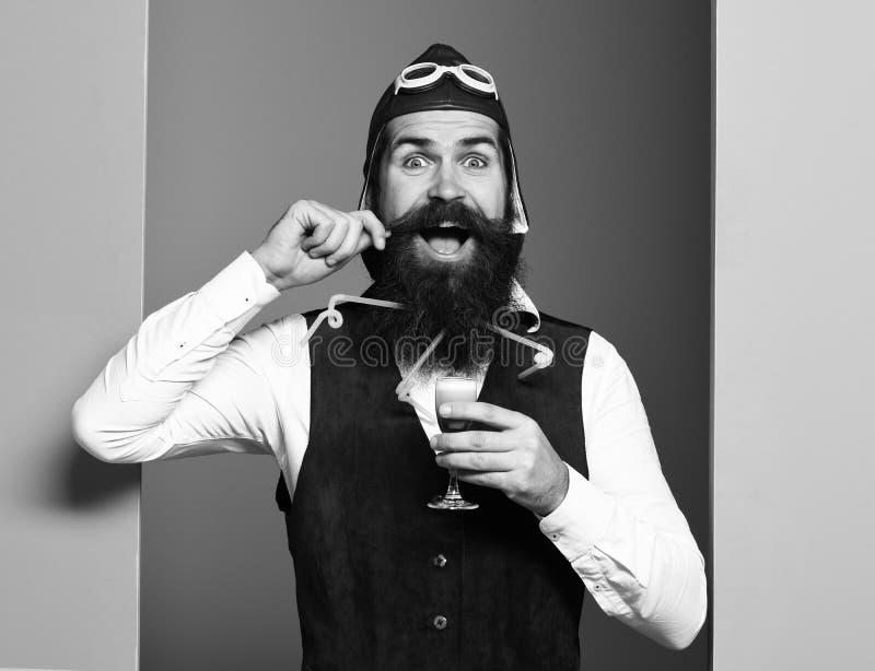 Uśmiechnięty przystojny brodaty pilot zdjęcia stock