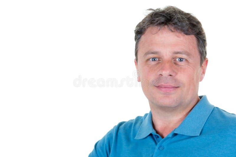 Uśmiechnięty przystojny mężczyzna w błękitnej polo koszula pozycji odizolowywającej na białej tło kopii przestrzeni stronie obraz stock