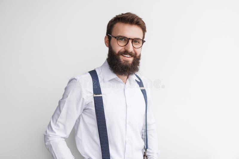 Uśmiechnięty przystojny mężczyzna w eleganckim stroju obrazy royalty free