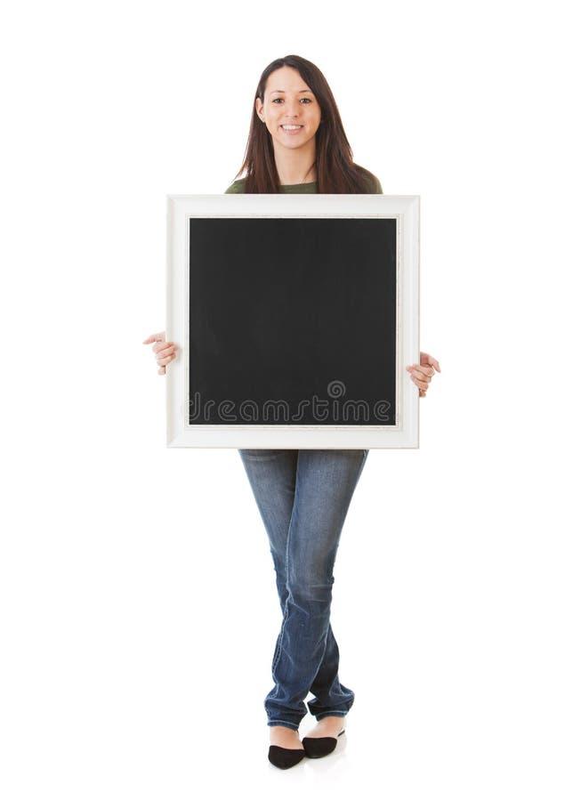 Uśmiechnięty puste miejsce Obramiający kobiety mienia Chalkboard obraz stock