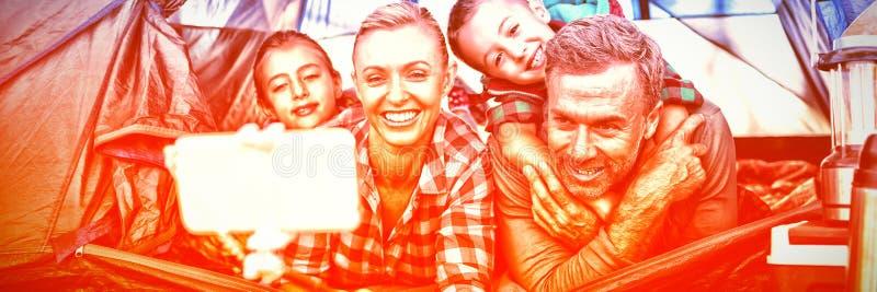 Uśmiechnięty rodzinny bierze selfie w namiocie zdjęcia stock