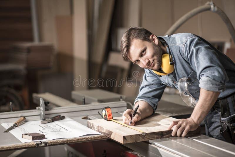 Uśmiechnięty rzemieślnik podczas jego pracy fotografia royalty free